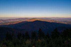 Travný (1203 m n. m.) doprovázený stínem Lysé hory (1323 m n. m.)
